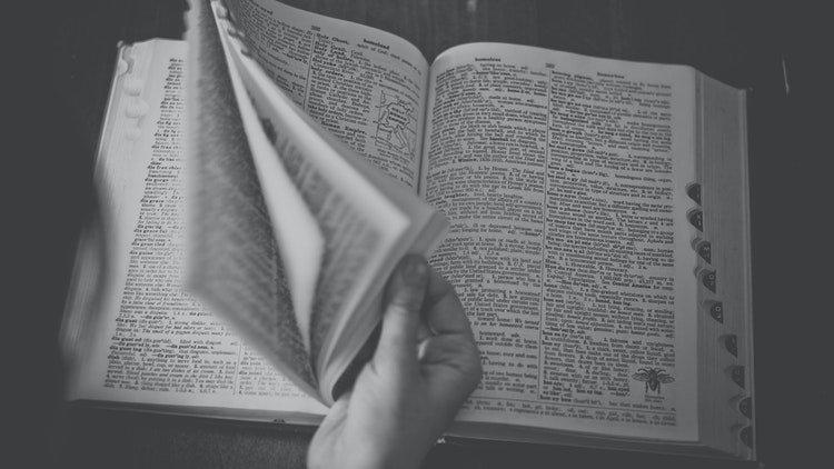 Le Dictionnaire Merriam-Webster a une nouvelle définition de la bisexualité