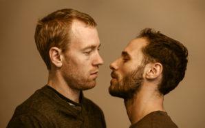 """""""Le colocataire"""", romance gay à l'épreuve de la société, débarque…"""